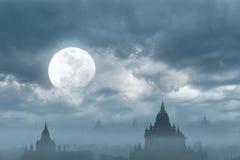Siluetta stupefacente del castello sotto la luna alla notte misteriosa Fotografia Stock