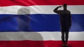 Siluetta tailandese del soldato che saluta contro la bandiera nazionale, strategia di guerra, nazione archivi video
