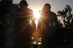 Siluetta teenager delle coppie Fotografie Stock Libere da Diritti
