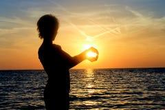Siluetta, tramonto e mare Fotografie Stock Libere da Diritti