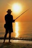 Siluetta variopinta del pescatore di tramonto Fotografie Stock