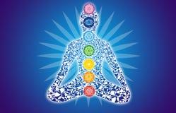 Siluetta variopinta dell'Yogi in una posa del loto contro uno sbackground blu Fotografie Stock