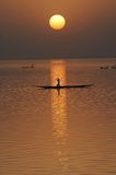 Siluetta verticale delle canoe sul fiume di Niger Fotografia Stock