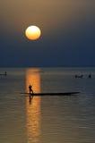 Siluetta verticale delle canoe sul fiume di Niger 2 Fotografia Stock Libera da Diritti