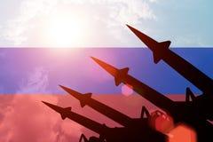 Siluette antiaeree dei razzi su fondo della bandiera della Russia Fotografia Stock