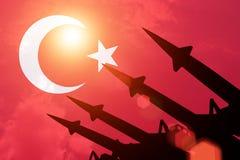 Siluette antiaeree dei razzi su fondo della bandiera della Turchia royalty illustrazione gratis