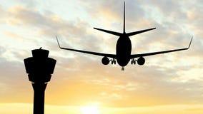 Siluette d'avion dans le coucher du soleil Photos stock