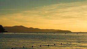 Siluette de la montaña en la puesta del sol Imagenes de archivo