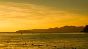 Siluette de la montaña en la puesta del sol Fotografía de archivo