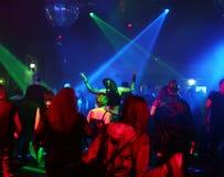 Siluette degli adolescenti di dancing Immagini Stock