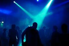 Siluette degli adolescenti di dancing fotografia stock