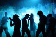 Siluette degli adolescenti di dancing Fotografie Stock Libere da Diritti