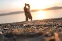 Siluette degli amanti al tramonto fotografie stock