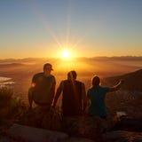 Siluette degli amici che guardano insieme un'alba in natura Fotografie Stock Libere da Diritti