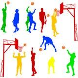 Siluette degli uomini che giocano pallacanestro su un bianco Fotografie Stock Libere da Diritti