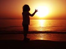 Siluette dei bambini alla spiaggia Fotografie Stock