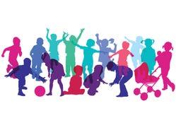 Siluette dei bambini che corrono e che giocano Fotografie Stock