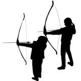 Siluette dei bambini che giocano tiro con l'arco Fotografie Stock