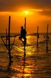 Siluette dei fishermens tradizionali del ` s dello Sri Lanka Fotografia Stock Libera da Diritti
