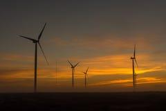 Siluette dei generatori eolici all'alba vicino a Hopefield Fotografia Stock