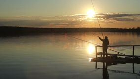 Siluette dei pescatori al tramonto del sole video d archivio