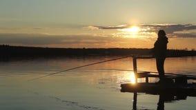Siluette dei pescatori al tramonto del sole stock footage