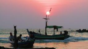 Siluette dei pescatori, spiaggia di Ngapali, Myanmar archivi video