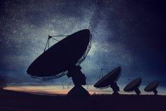 Siluette dei riflettori parabolici o delle antenne radiofoniche contro cielo notturno Osservatorio dello spazio illustrazione vettoriale
