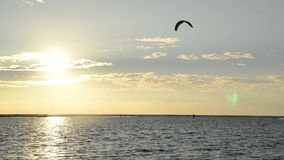 Siluette dei surfisti dell'aquilone al tramonto Kiter sul mare Costa del Montenegro e mare adriatico Sport e ricreazione Ada Boja