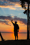 Siluette dei turisti e di bello paesaggio fotografia stock libera da diritti