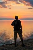 Siluette dei turisti e di bello paesaggio immagini stock libere da diritti