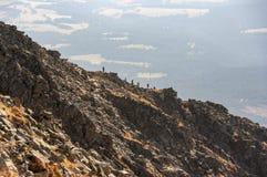 Siluette dei turisti sulla cresta di Krywan Alta montagna di Tatra Fotografia Stock