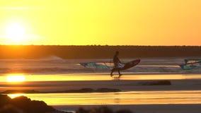 Siluette dei windsurfers al tramonto spain stock footage