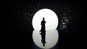 Siluette del dancing delle coppie del giocattolo sotto la luna alla notte Figure dell'uomo e della donna nel dancing di amore all Fotografia Stock
