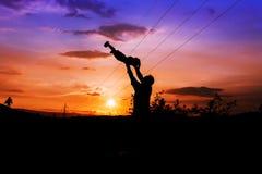 Siluette del fondo di tramonto del figlio e del padre Immagini Stock