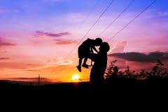 Siluette del fondo di tramonto del figlio e del padre Fotografia Stock Libera da Diritti