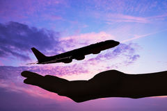 Siluette del fondo di tramonto dell'aeroplano e della mano Fotografia Stock Libera da Diritti