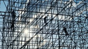 Siluette del lavoratore maschio dell'ingegnere al cantiere I lavoratori ai costruttori del tramonto montano la progettazione Cost stock footage