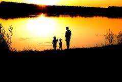 Siluette del padre e dei figli Fotografia Stock Libera da Diritti