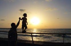 Siluette del padre e del figlio fotografie stock libere da diritti