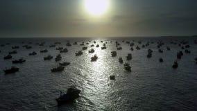 Siluette del peschereccio in baia nell'ambito della luce di tramonto video d archivio