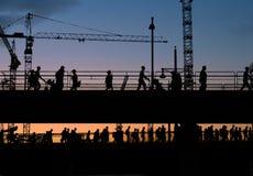 Siluette del ponte di incrocio della gente con il fondo del cielo di tramonto immagini stock libere da diritti