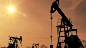 Siluette del pozzo di petrolio di Fracking stock footage