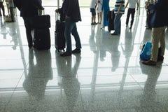 Siluette del viaggiatore all'aeroporto Concetto degli uomini di affari Immagini Stock