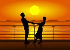 Siluette dell'uomo e della donna sulla piattaforma della nave Fotografie Stock Libere da Diritti
