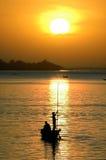 Siluette della canoa di pesca sul fiume di Niger Fotografia Stock