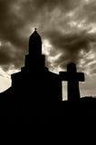 Siluette della chiesa e dell'incrocio Fotografia Stock