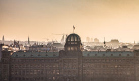 Siluette della città di Praga nella foschia di sera e nella S dorate Immagine Stock Libera da Diritti