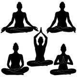 Siluette della donna che si siedono nelle posizioni di meditazione Fotografia Stock Libera da Diritti