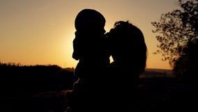 Siluette della famiglia felice al tramonto stock footage